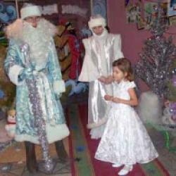 Волшебные часы, светящийся посох, ожившие сказочные герои встречали детей перед началом новогоднего спектакля.