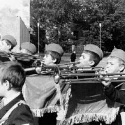 Рекордное количество – около 400 барабанщиков и 50 фанфаристов подготовил Дворец для городского праздника.